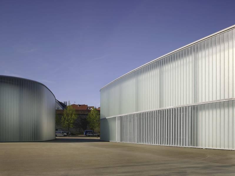 Abb. 1: Gussglas und feuerverzinkter Stahl beweisen auch an Kunst- und ...